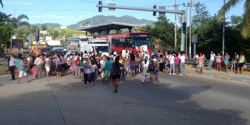 Bloquearon alumnos carretera federal para exigir maestros en Acapulco