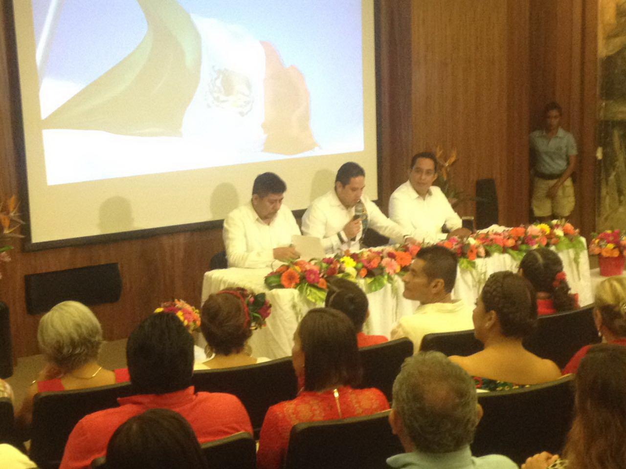 Ante unas 200 personas da el Grito alcalde de Acapulco