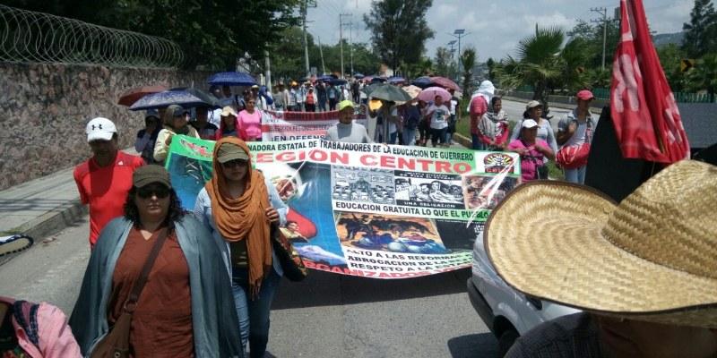 Marchan maestros en Guerrero contra Informe de Peña