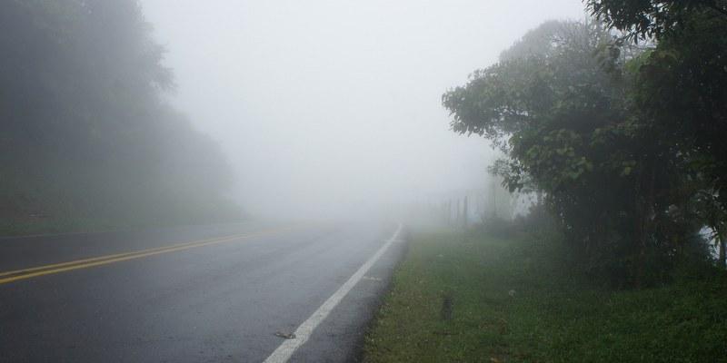 Neblina afecta diversos tramos de autopistas en el centro del país