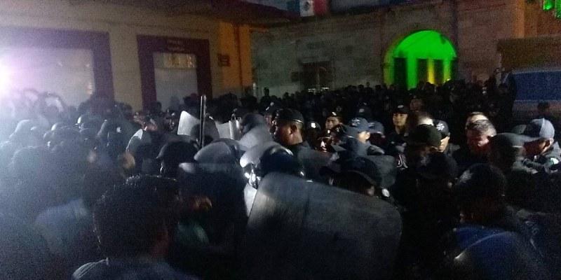 Se enfrentan CNTE y policía en Oaxaca; hay heridos