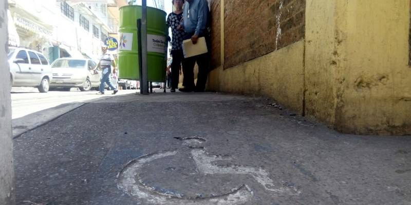 Obstruyen contenedores de basura paso a discapacitados en Chilpancingo