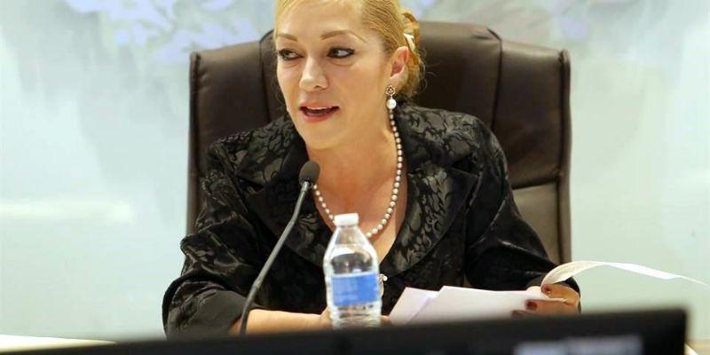 Alcaldesa gasta 900 mil en sus oficinas; las calles, llenas de baches