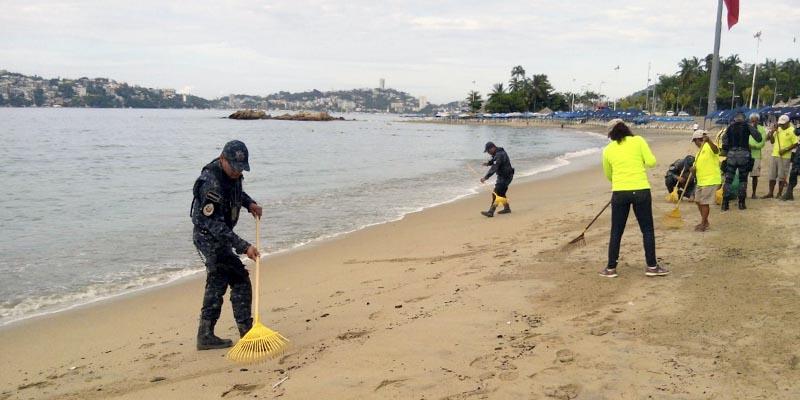 Ayudan gendarmes a barrer playas de Acapulco