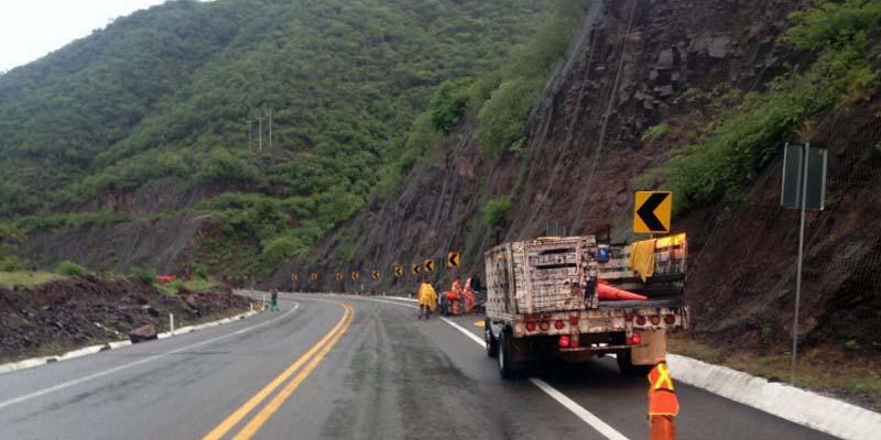 Derrumbes carreteros deja lluvia en Michoacán