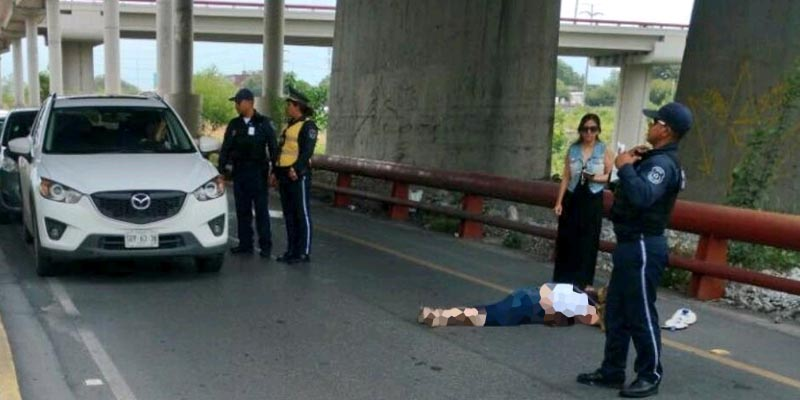 Mujer se lanza de puente y sobrevive en Monterrey
