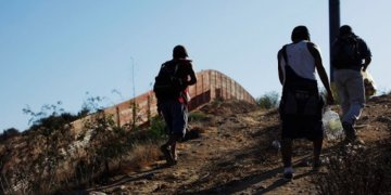 'Cascarita futbolera' hace menos cansada la espera entre migrantes en México 11