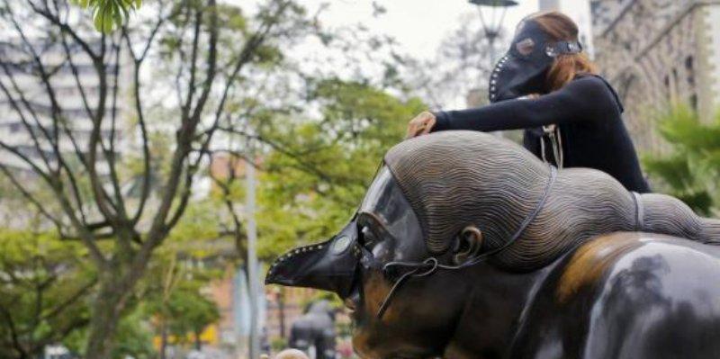 Colocan máscaras de peste negra a esculturas de Botero en Colombia
