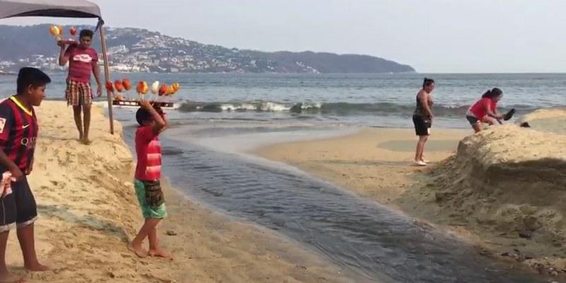 Con aguas negras reciben a turistas en playa de Acapulco [VIDEO]