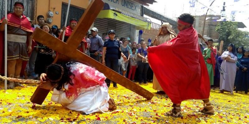 Claman por desaparecidos y mujeres asesinadas en viacrucis de Chilpancingo
