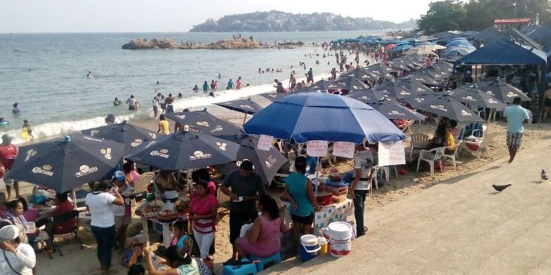 Turistas le sacan la vuelta a alimentos playeros en Acapulco