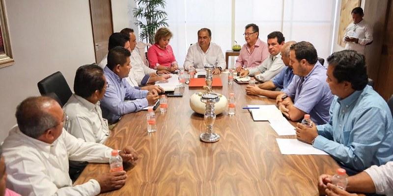 El gobernador Héctor Astudillo Flores, recibió a representantes de la organización de Transportistas del Bloque 3 a cargo de Julio César Solano Castellanos, quienes reconocieron el trabajo del Ejecutivo guerrerense por el estado y su interés por mejorar las condiciones del transporte público.