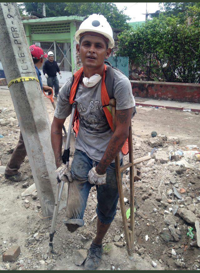 Héctor, el hombre al que la discapacidad no le impide recoger escombros 2