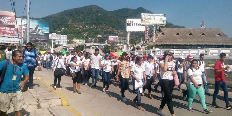 Trabajadores y maestros del CECYTEG bloquean calles de Acapulco