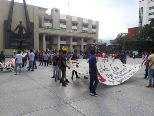 Marchan normalistas en Chilpancingo.