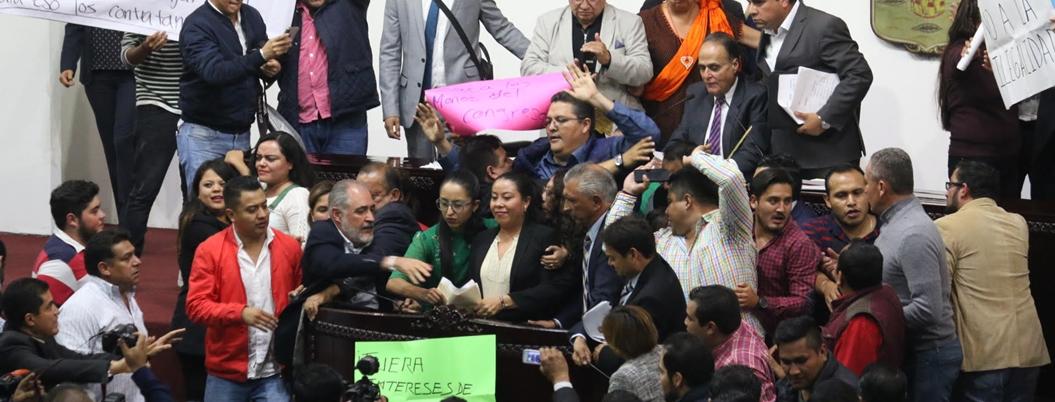 Diputados del PRI y Morena se dan hasta con la chancla en Hidalgo