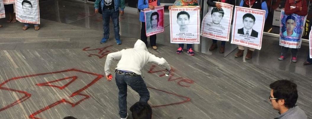 Protestan normalistas de Ayotzinapa en sede de la PGR