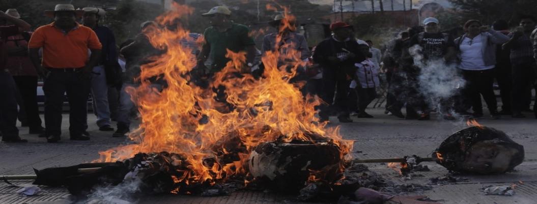 Maestrosbloquean 4 horas Autopista del Sol; queman figura de Aguirre