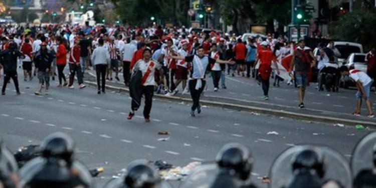 Suspenden final entre River y Boca por violencia de fanáticos 1