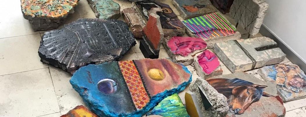Restos de piedra de casas de Jolutla, lienzo para sanar heridas por sismo