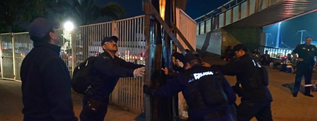 Policía Federal levanta en Tijuana muro mexicano contra migrantes