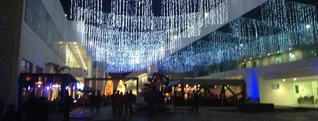 Prenden árbol de Navidad en Complejo Cultural de la BUAP