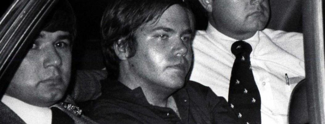 Juez apueba que fallido asesino de Reagan viva solo