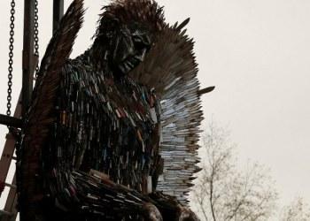 """""""El Ángel de cuchillos"""" escultura de más 100 mil cuchillos decomisados 1"""