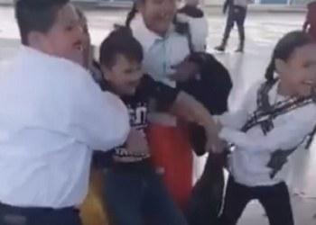 VIDEO| niña arrastra a su compañero para casarse en kermesse escolar 3