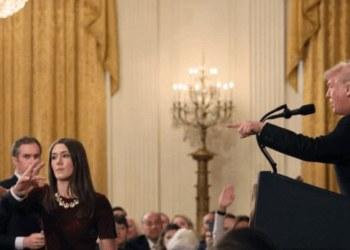Le arrebatan micrófono a reportero por incomodar con pregunta a Trump 1