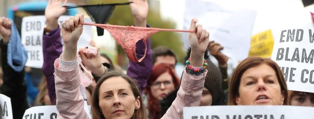 Abogada irlandesa justifica violación de una jóven; usaba tanga, acusa