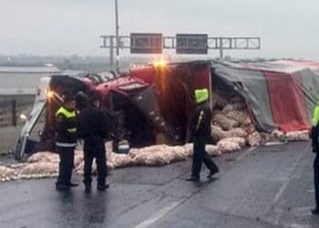 Tráiler cementero provoca volcadura de camión en Circuito mexiquense 3