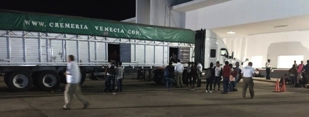 Migración detiene a 102 migrantes en Acayucan, Veracruz