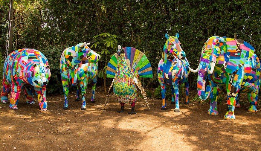 Convierten chanclas olvidadas en la playa en esculturas de animales 1