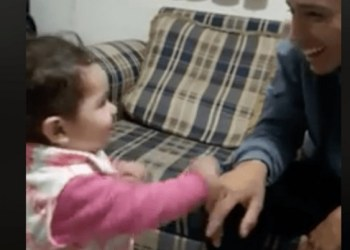Padre e hija comunicándose con lenguaje de señas conmueve en redes 6