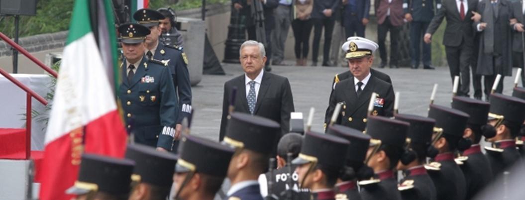 """""""Que viva la lealtad del Ejército al gobierno civil"""": AMLO"""