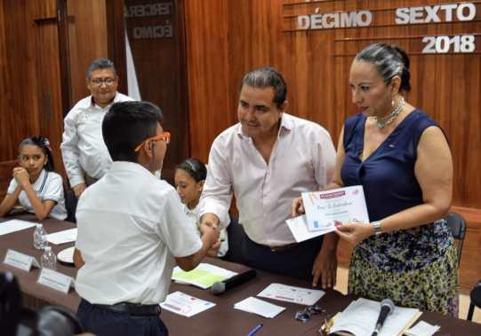 Los integrantes del Cabildo Infantil recibe segunda ministración de su beca