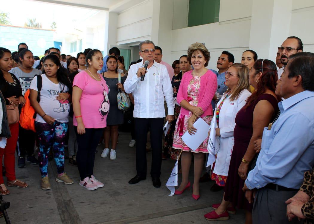 Mercedes Calvo en Compañía del secreatario de Salud de Guerrero Carlos de la Peña