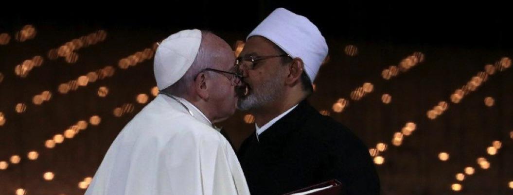 Papa Francisco e imán Al Azhar se besan en lucha contra el extremismo