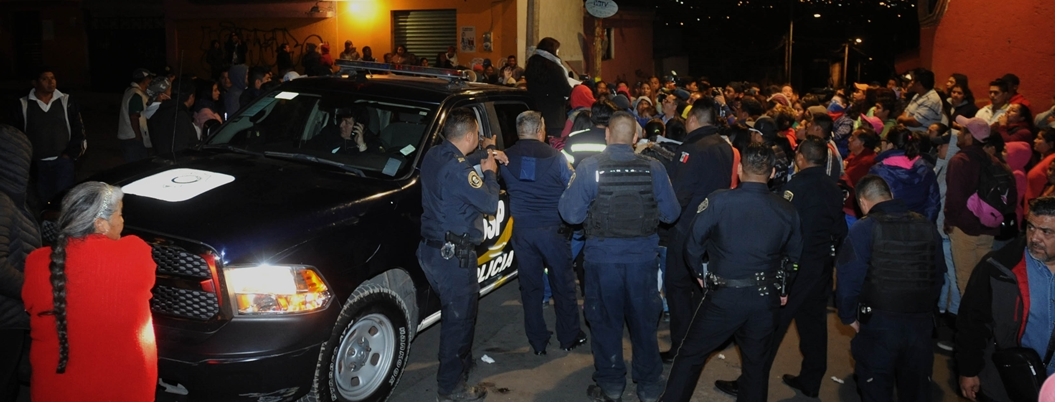 Intento de linchamiento deja 16 policías heridos y tres patrullas quemadas