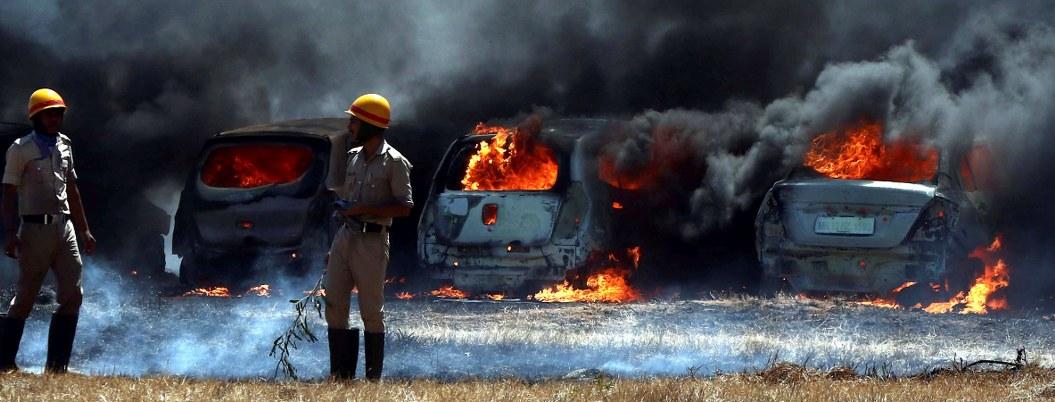 Se incendian 300 automóviles en India durante exhibición militar