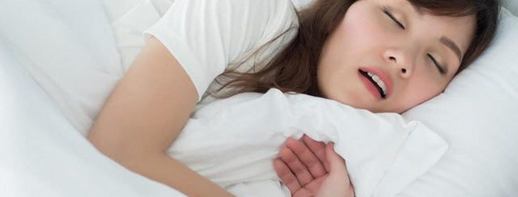 Mujeres que roncan tienen más riesgo de problemas con el corazón