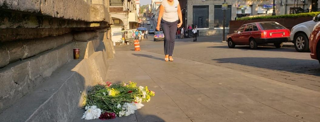 Colocan flores y veladores donde mataron a cetemistas en Cuernavaca