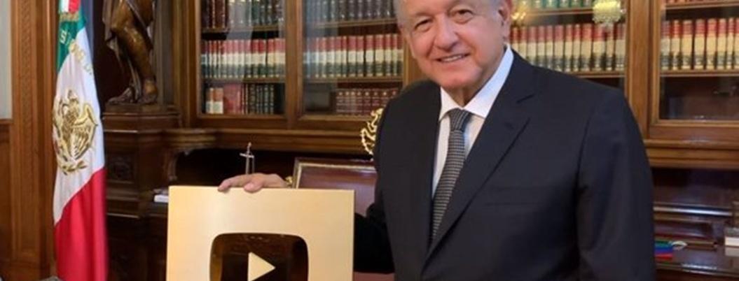 AMLO dedica Botón de Oro de YouTube a las benditas redes sociales