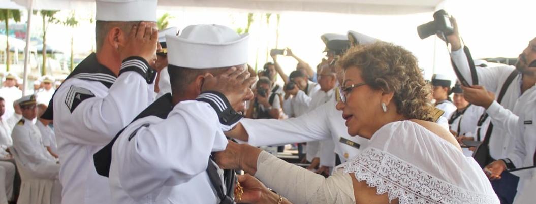 Adela Román celebra a los marinos en Acapulco