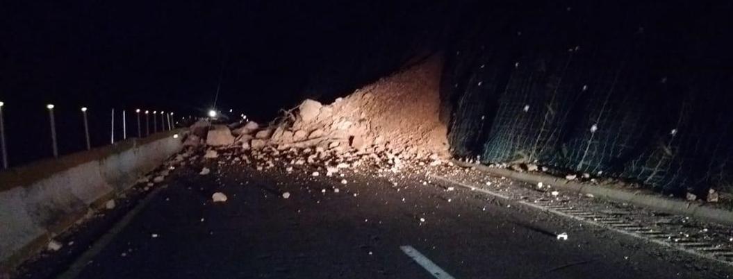 Derrumbe bloquea la Autopista del Sol desde la madrugada