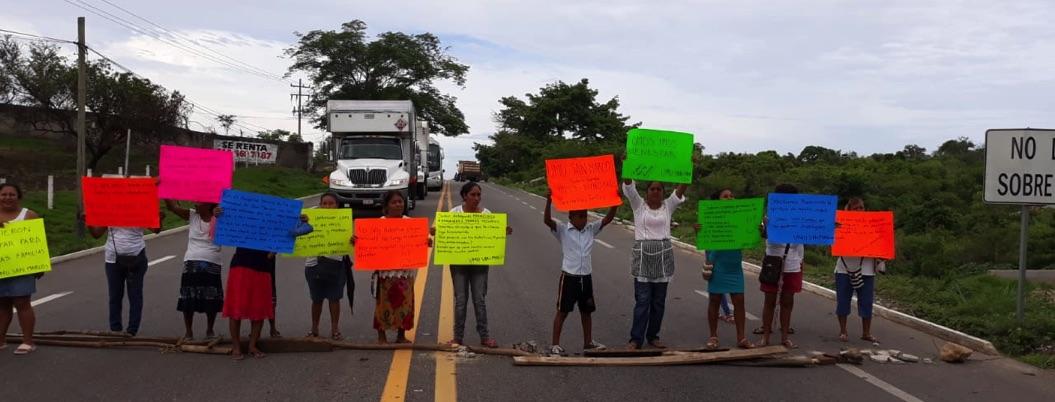 Bloquean la Acapulco-Pinotepa para exigir reabra unidad médica