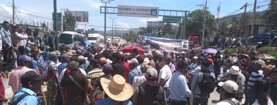 Campesinos bloquean Autopista del Sol por falta de fertilizante
