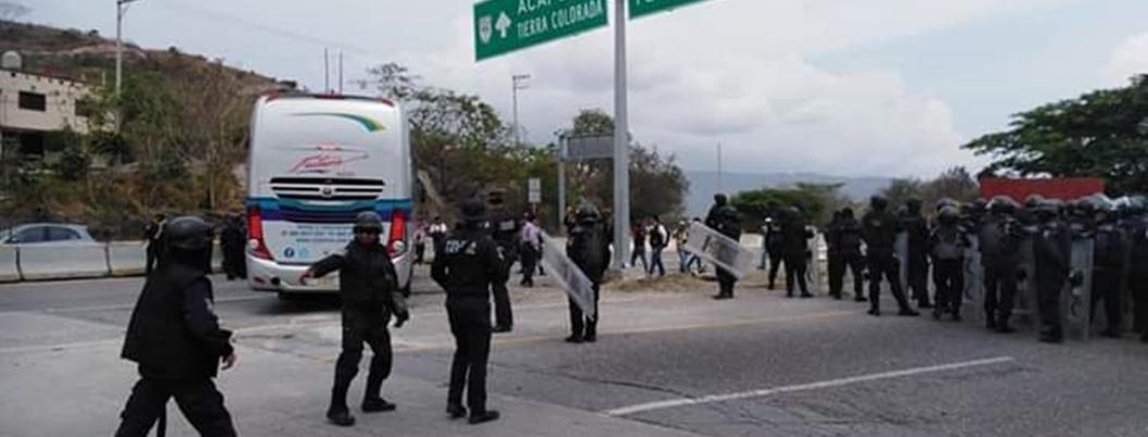 Bloquean autopista del Sol por presos políticos; policías los desalojan