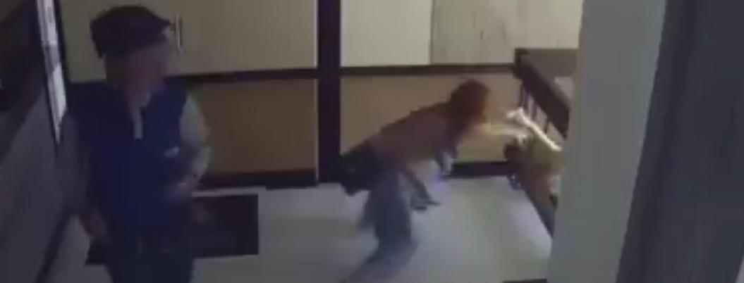 Madre salva a su pequeño de caer al vacío en el último segundo (video)